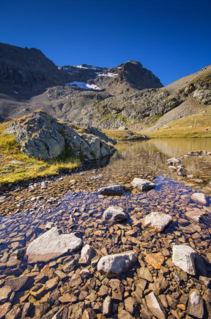 Kleiner See unter dem Piz da l'Ova Cotschna, im Hintergrund Piz San Gian