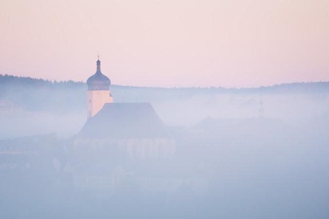 Marienberg, Kirche im Frühnebel