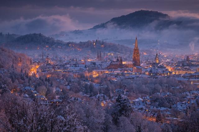 Verschneites Freiburg in der Abenddämmerung